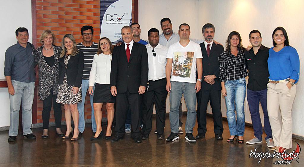 O jurado que participou da Avaliação dos Vinhos da Vinum Brasilis e os organizadores do evento