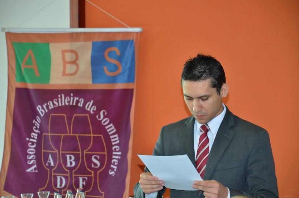 A prova da ABS Brasil é semelhante ao Concurso Nacional de Sommeliers em relação ao nível de dificulade, para ser aprovado é necessário atingir 80 pontos, no mínimo.