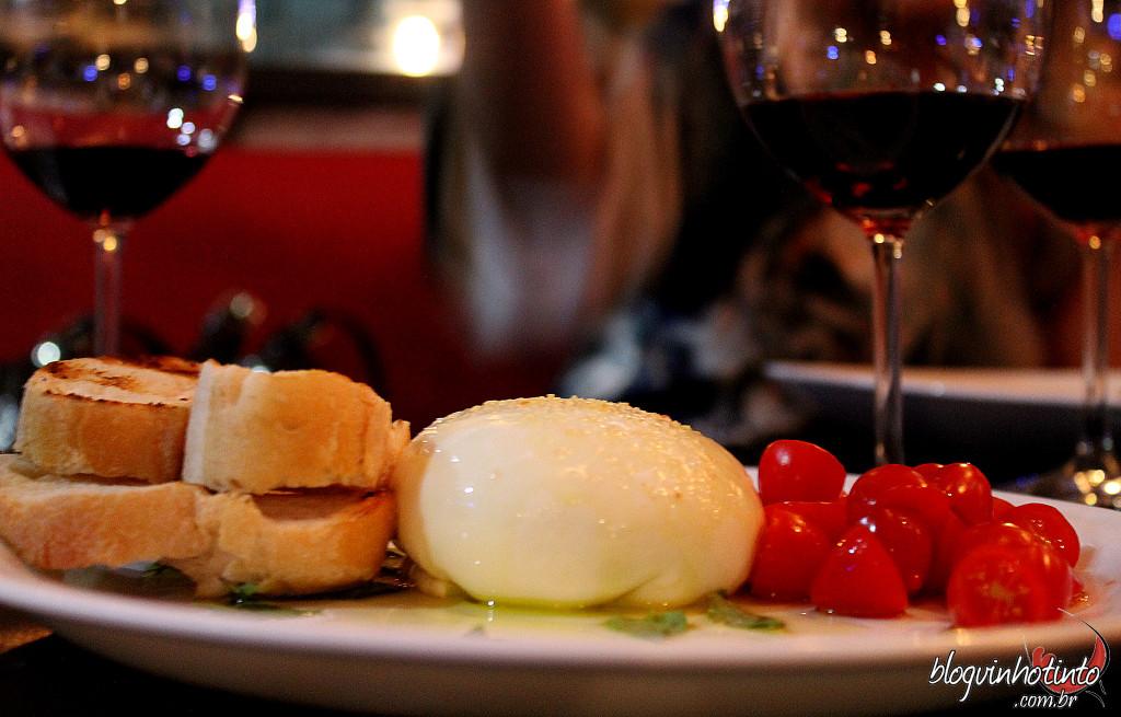 A burrata artesanal com tomate, sweet grape e basílico completou a degustação em alto estilo