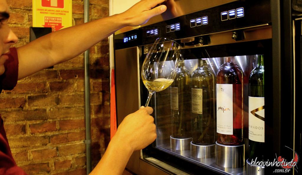 No Wine Bistrô as taças de vinho tem um preço único: R$9. O cliente pode escolher dentre brancos, rosés e tintos do Velho e do Novo Mundo.