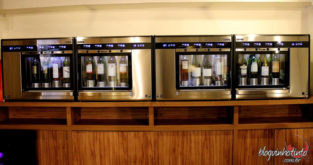 O local conta com 4 enomatics - máquina que permite que o vinho fique conservado por até 21 dias depois de aberto e, consequentemente, possa ser servido em taça