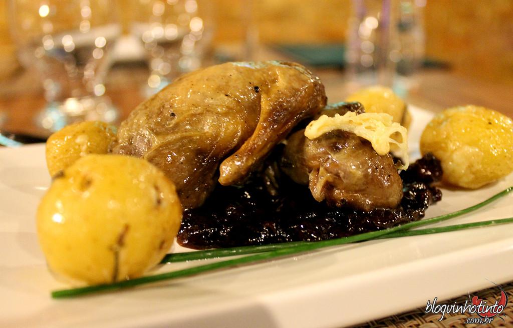 Um cardápio requintado foi elaborado pela Chef Alessandra Alcoforado para acompanhar as taças de vinho e conta com a famosa codorna desossada do Inácia Poulet Roti (R$29)