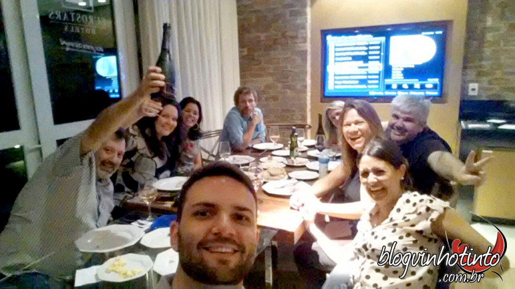 Reuniões sempre regadas à base de bons vinhos e boa comida.