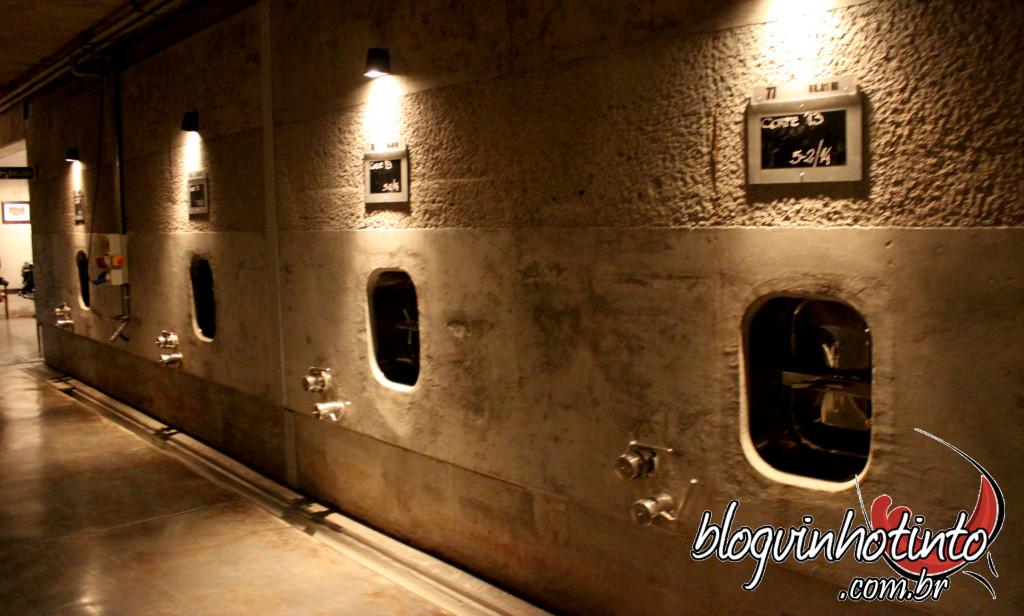 Cada um desses tanques de cimento está conectado com tanques de fermentação que estão sobre eles. O vinho após fermentado desce por gravidade (para haver menos oxidação) para descansar nos tanques de cimento antes de serem engarrafados.