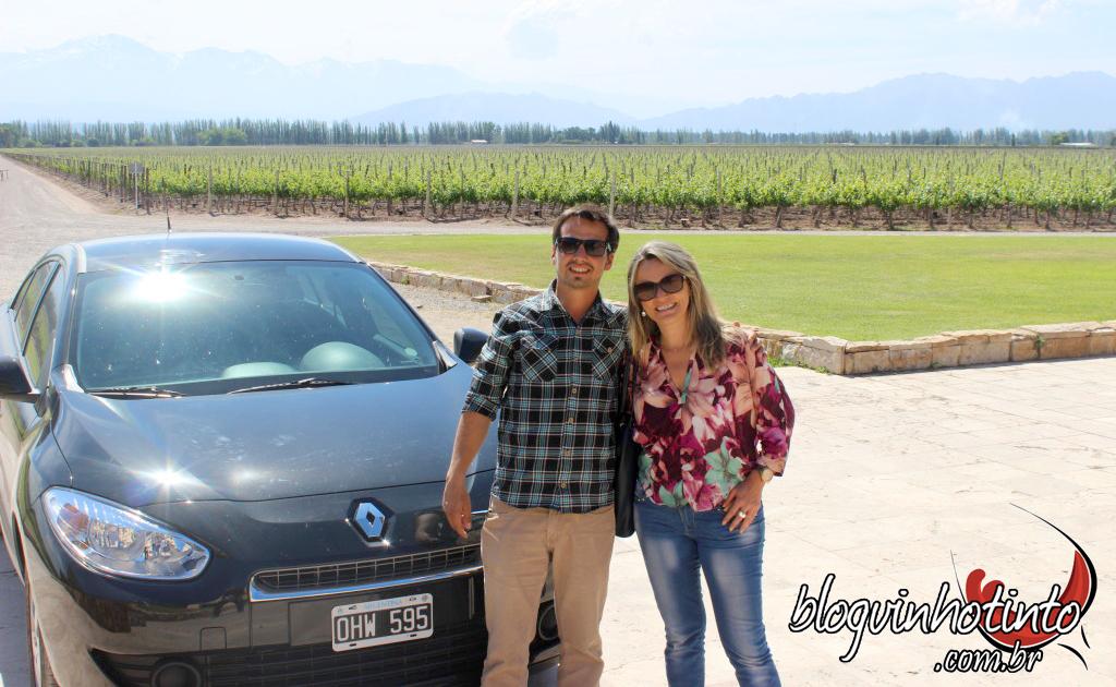 Juan Mercado - Motorista da Nossa Mendoza ao lado do confortável carro utilizado para os passeios - além de dirigir bem e tranquilamente entende muito de vinho, pois é formado em Enologia.