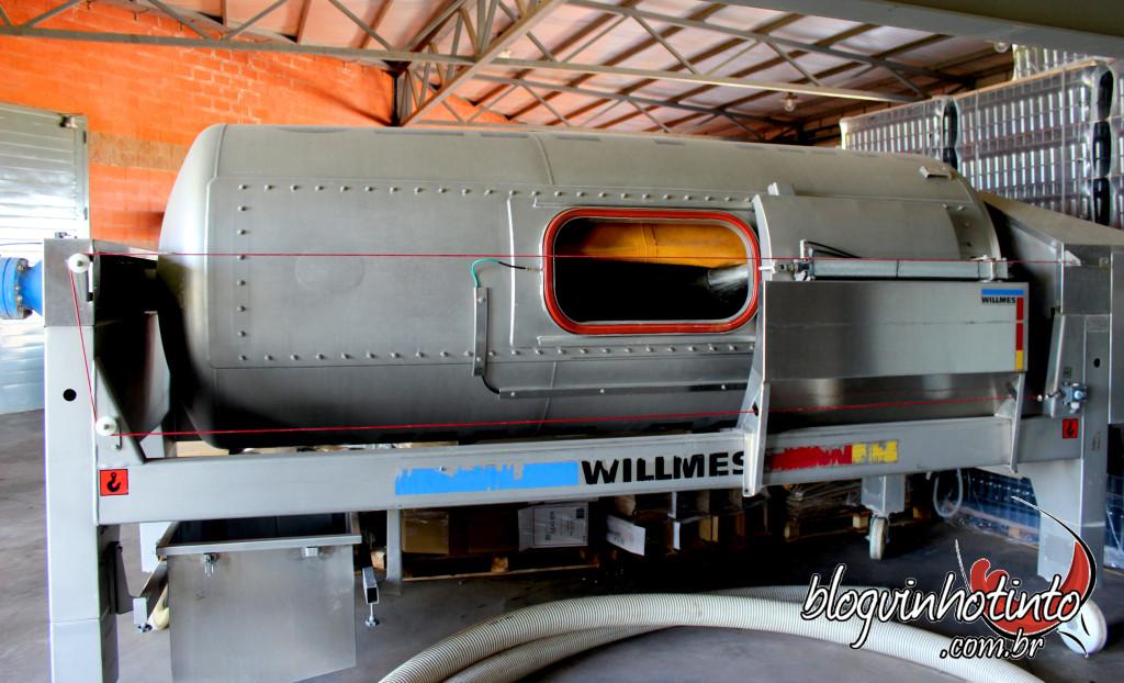 Prensa pneumática - conta com auxilio de ar para o processo de desengace das uvas.