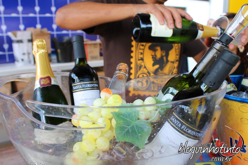 Não faltou vinho nem espumante para acompanhar os deliciosos pratos que estavam sendo vendidos no evento
