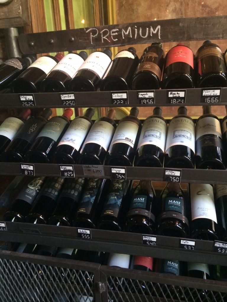 Preferimos que os vinhos estejam em uma cave e não em uma carta: esse é o lema do Azafrán