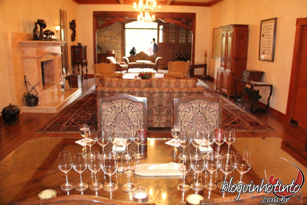 Salão Especial do Chateau Montelena: Local aconchegante e com vista para as Montanhas Mayacamas e pátio da vinícola
