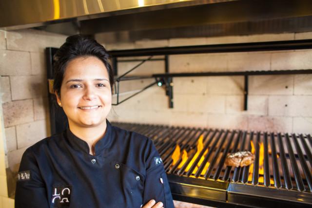 A Chefe brasiliense inspirou-se no renomado chef argentino Francis Mallmann, que ganhou notoriedade internacional com sua culinária do fogo elevada à alta gastronomia