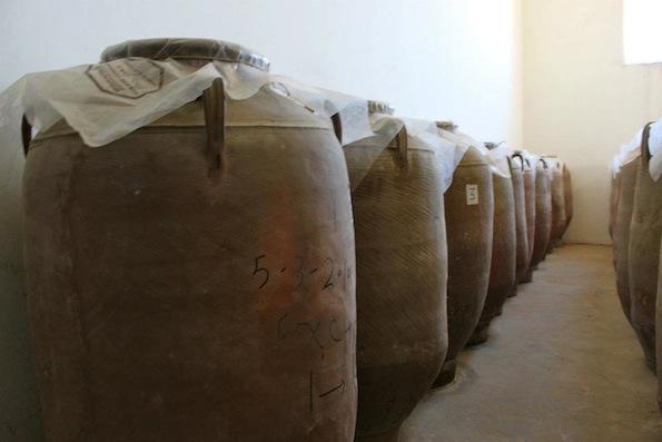 Ânforas de barro eram utilizadas na produção do vinho na Geórgia em tempos antigos. Alguns produtores utilizam a mesma técnica na produção dos vinhos laranjas hoje em dia.