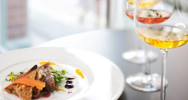 O vinho laranja é vinho de ampla harmonização, pode complementar desde peixe a carne de cordeiro