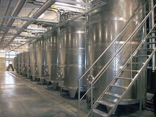 No método Charmat, a segunda fermentação acontece em grandes tanques de inox fechados, denominados autoclaves