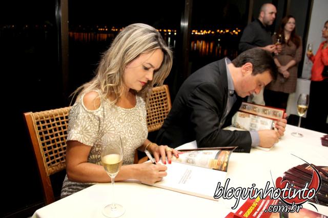 """Eu e Marcos Rachelle durante o lançamento oficial do curso """"Segredos do Vinho"""" - Dedicatória especial para os enófilos."""