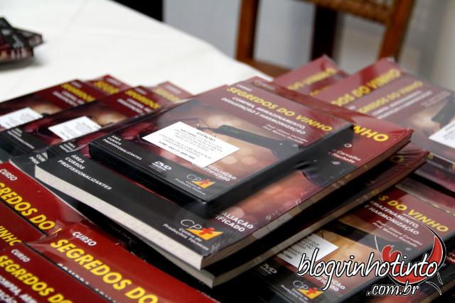 O Curso Segredos do Vinho é composto de livro interativo e 3 DVDs com videoaulas ministrados por mim e por Marcos Rachelle. A produção é do CPT.