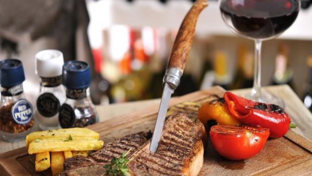 Carnes assadas e churrascos acompanham bem um vinho adstringente e com frutas pronunciadas