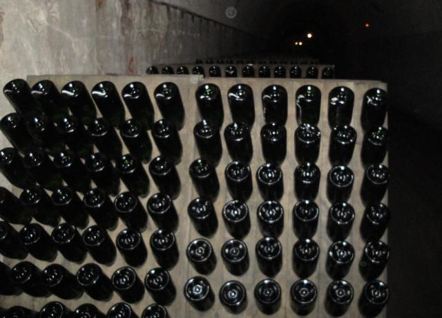 Após a fermentação, as garrafas são inclinadas com a boca pra baixo em pulpitres onde são giradas manualmente todos dias por funcionários especializados.