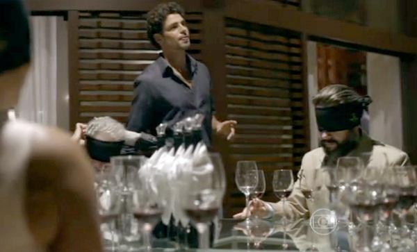 A exagerada degustação às cegas em Amores Roubados: personagens vendados à mesa (Foto: Reprodução)