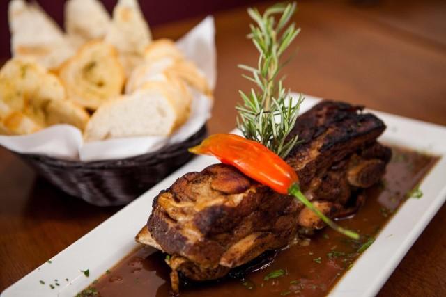 A costela de boi assada em baixa temperatura e ao molho de cerveja preta, acompanhada de uma cesta de pães (R$39), é a principal indicação da Chef Nathalia Quirino. Segundo ela, o prato harmoniza bem com o vinho.