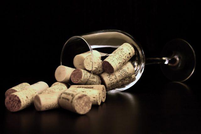 Evitar trazer muitos vinhos de um mesmo rótulo facilita a passagem pela alfândega, pois dificulta o entendimento de que seus produtos possam ser usados com fins comerciais.