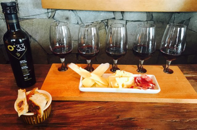 Nada de Enomatic. O serviço no MvD é feito pelo sommelier em tábuas que podem ter de 3 a 5 tipos de vinhos para serem apreciados com petiscos finos.