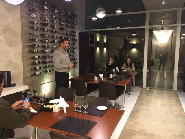 Sommelier Mauricio Gimenez durante a degustação gratuita de vinhos para hóspedes no My Suite Hotel