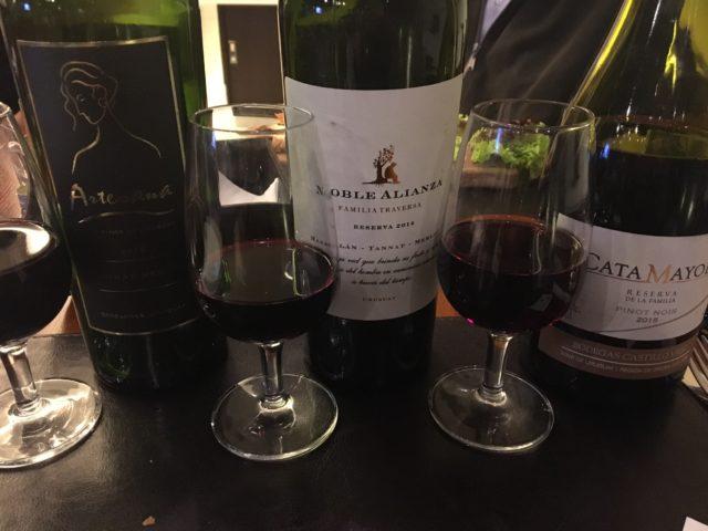A cada dia são servidos três taças de três vinhos de diferentes vinícolas. Os temas são variados.