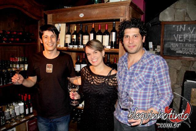Apesar da aparência de Pub, no MVD a estrela é o vinho! Na foto, ladeada (á dir) por Nico e (à esq) por Líber.