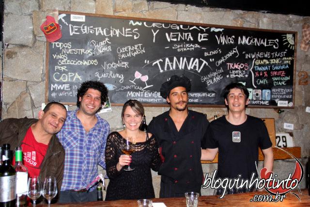 Eu brindando com a equipe do Es Mercat Gastro Bar e com a Equipe do Montevideo Wine Experience