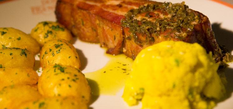 panceta-suina-com-farofa-de-ovos-batatas-coradas-e-molho-de-ervas