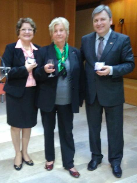 No centro a responsável pela Cátedra Unesco do Vinho, professora emérita da Universidade da Borgonha, Jocelyne Perard, ladeada pelo Chefe da Embrapa Uva e Vinho, Mauro Zanus, e pela professora Rosa Medeiros, representando a UFRGS.
