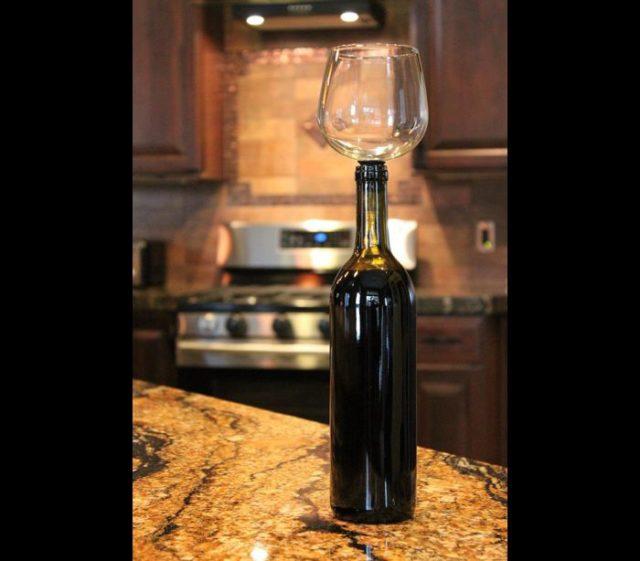 O Guzzle Buddy pode ser atarraxado à garrafa, para que o vinho possa ser bebido diretamente. Foto: Amazon.