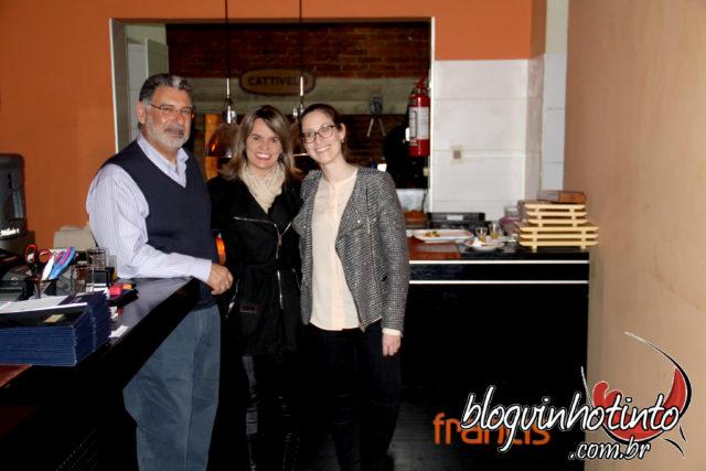 Eu, no restaurante Francis Carrasco, ladeada pelo proprietário do local, Alberto Latarowski, e por sua filha Mariel, Latarowski, Gerente-Geral do estabelecimento.