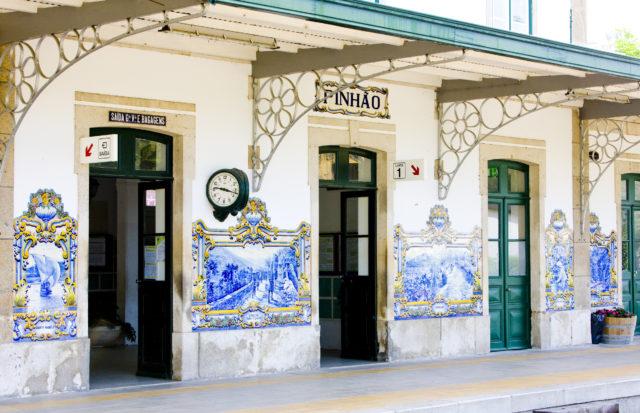 Tiles (azulejos) na estação de trem do Pinhão, Vale do Douro, Portugal