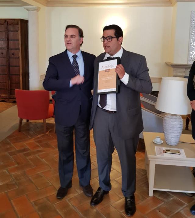 Frederico Benjamin de Souza Nunes (à dir). recebe o título de Melhor Sommelier de Vinhos Alentejanos no Brasil das mãos do Presidente da CRVA