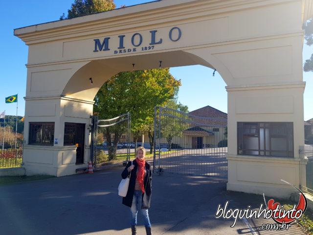 Eu na entrada da Vinícola Miolo, localizada no Vale dos Vinhedos-RS