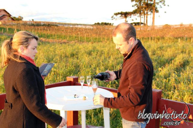Daniel Pazzini me servindo um Don Giovanni Brut Rosé para aguardarmos o pôr do sol.
