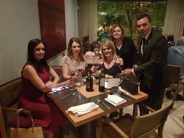 Da esq, pra dir. (sentadas): Viviane do gastronomia_bsb, Bianca do @vinhobonzao e eu. Em pé, Cláudia, proprietária do Nebbiolo e Tiago Pereira, sommelier.