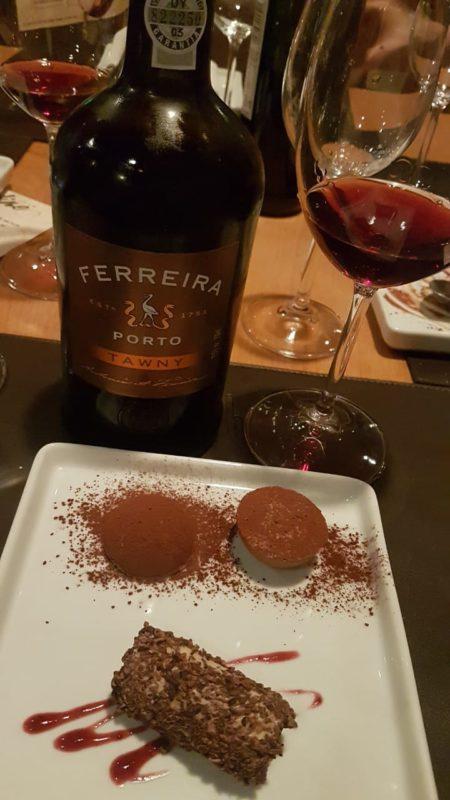 Pra finalizar um vinho do Porto que harmonizou perfeitamente com a sobremesa.