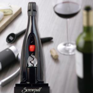 O ideal é escolher um saca-rolhas de sua preferência para servir o vinho