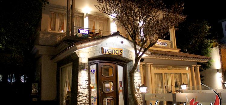 Fachada noturna do Restaurante Francis, Carrasco, em Montevidéu.