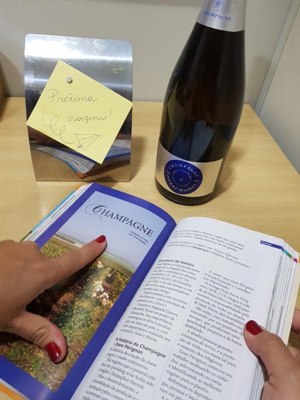 O livro tem leitura fácil e gostosa e também traz informações históricas e fala sobre o desenvolvimento e a produção de vinhos.