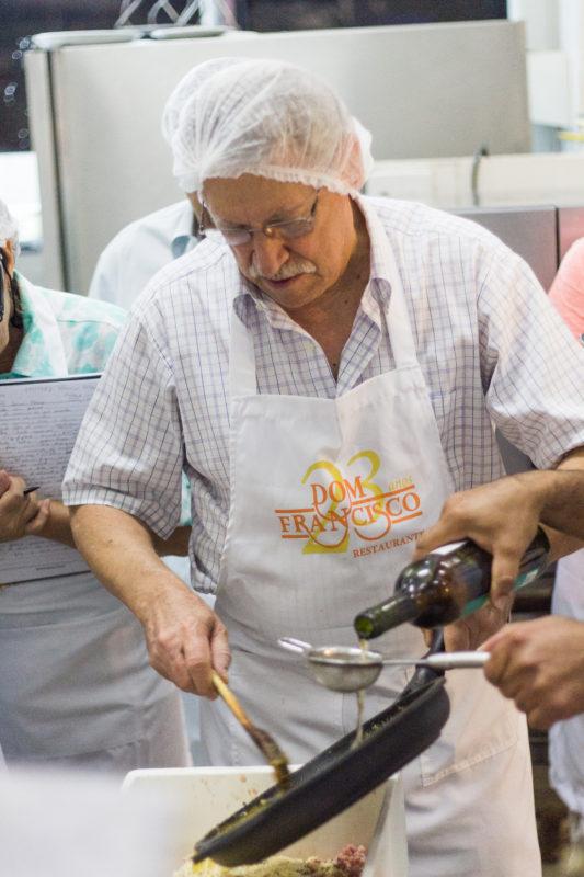 Na última aula, o Chef Francisco ensinará assado de tira suína, T-Bone suíno, javali e ganso
