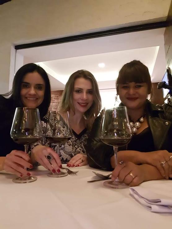 Vivi Araújo (@Ilovevinhos), eu (@vinhobonzao e @blogvinhotinto) e Lu Barbo (@lucianabarbo)