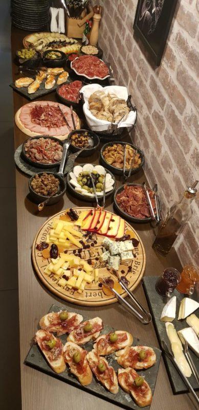 Buffet a quilo com queijos artesanais e frios variados