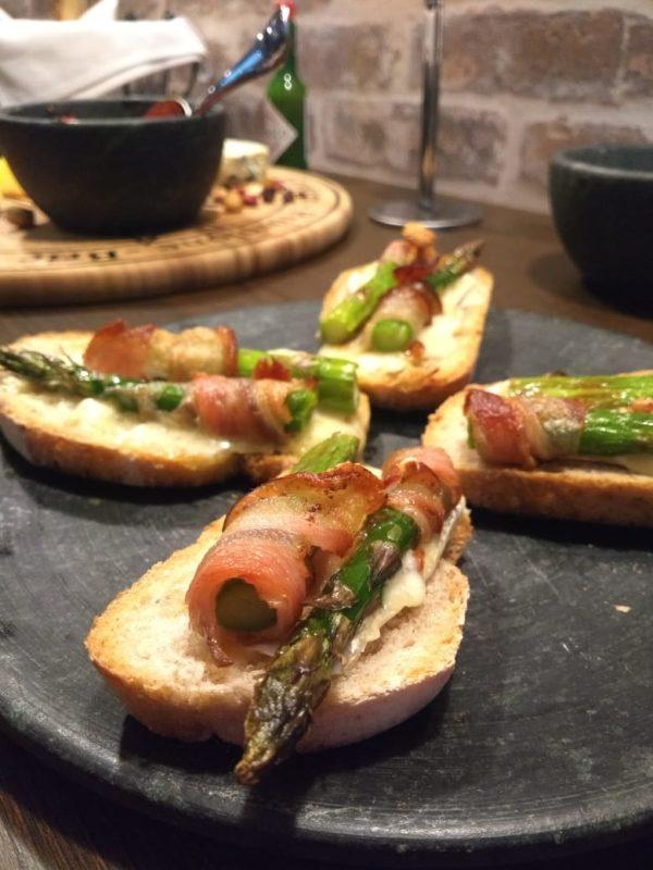 Destaque para a tapa de queijo brie, aspargo e bacon