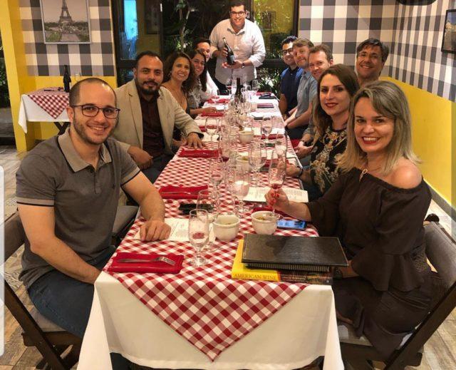 Confraria Rollé reunida para degustar os Crus de Beaujolais - vinhos adquiridos no Brasil e no exterior.