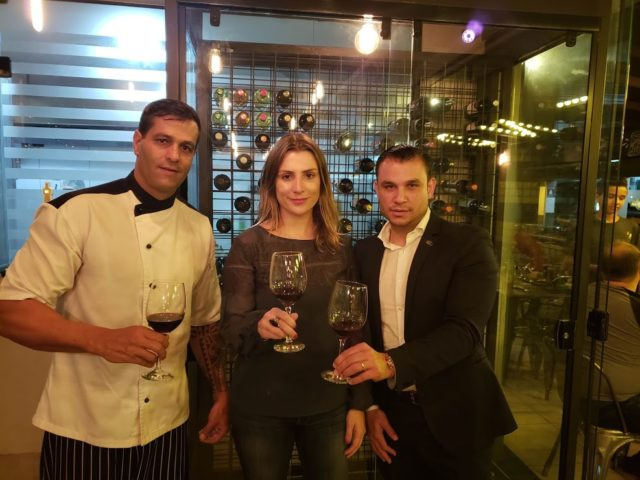 Chef e proprietário do Blend Marcello Lopes, Bianca Dumas e o sommelier Eugenio Cue