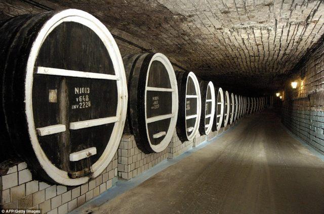 A adega subterrânea é uma antiga mina de calcário, convertida em adega em 1968