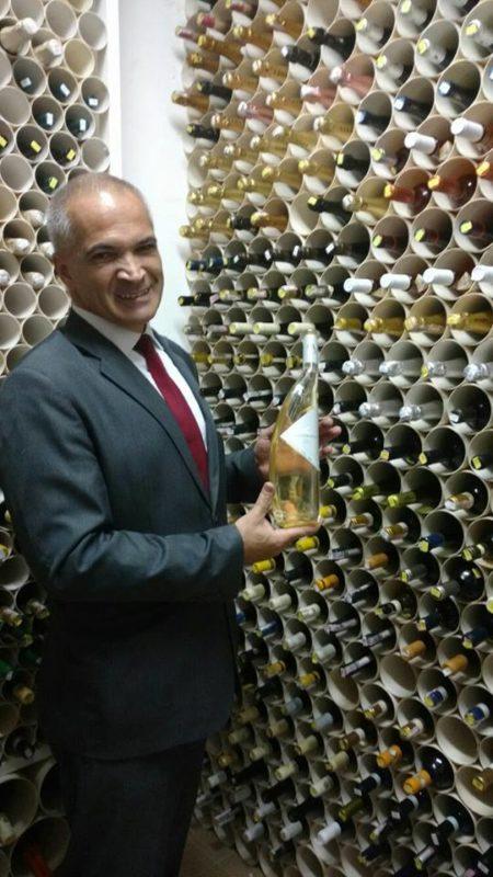 O Sommelier Leonildo Santana na adega do Restaurante Dom Francisco, em Brasília-DF